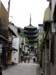 This is the pagoda that is part og the Kiyomizu-dera temple. A network of small alleys link all the buildings of the temple together..